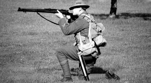 Gammeldags soldat med rifle